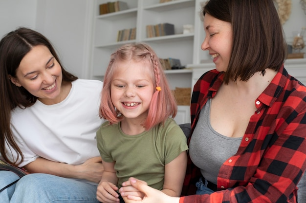 Para lesbijek spędzająca czas z córką w domu