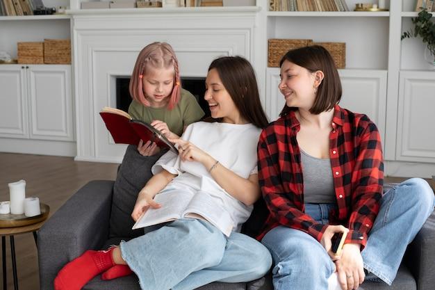 Para lesbijek spędzająca czas z córką