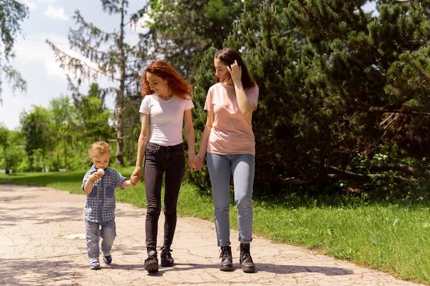 Para lesbijek spędzająca czas z synem w parku