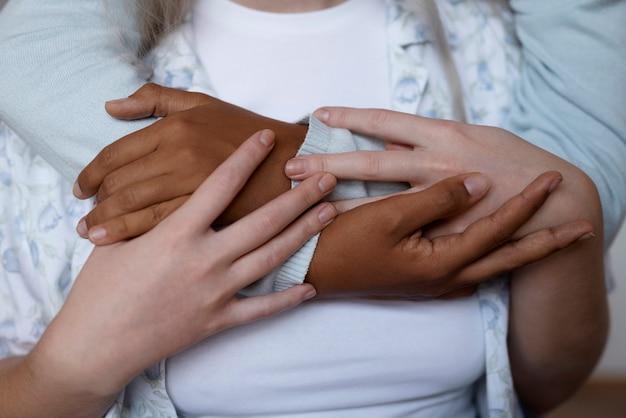 Para lesbijek trzymająca się za ręce