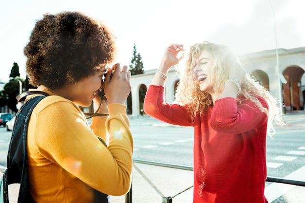 Para lesbijek w miłości i szczęśliwego spaceru ulicami miasta o zachodzie słońca