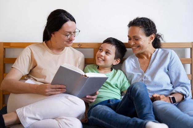 Para lesbijek z synem czytają razem