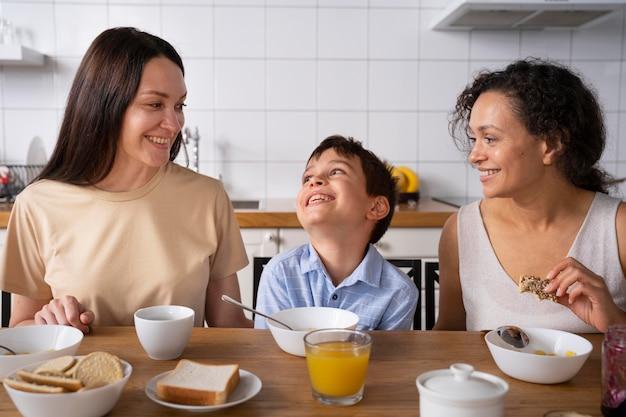 Para lesbijek z synem je śniadanie