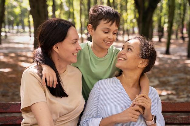 Para lesbijek z synem spędzają razem czas na świeżym powietrzu