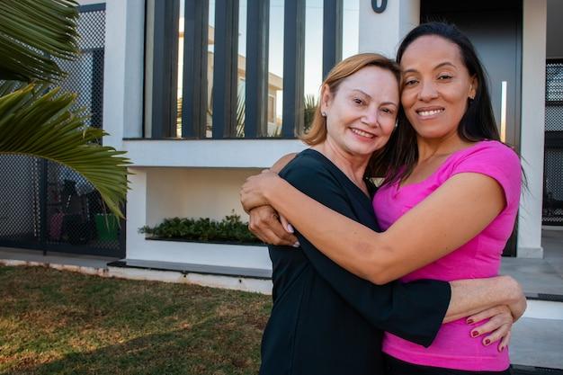 Para lesbijek zakochana w domu w tle