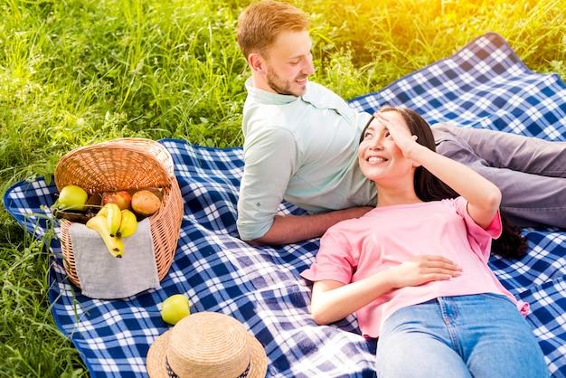 Para leży i odpoczywa na pikniku