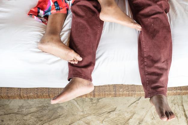Para leży na łóżku hotelowym