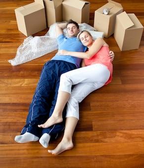 Para leży na podłodze