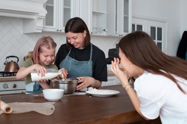 Para lgbt spędza czas razem z córką w kuchni in