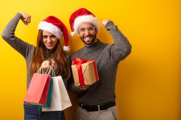 Para lub przyjaciele trzymający prezenty i torby na zakupy, którzy się nie podają