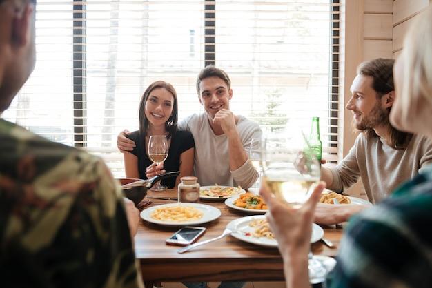 Para ma obiad i opowiada z przyjaciółmi w kuchni