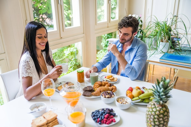 Para ma śniadanie w domu