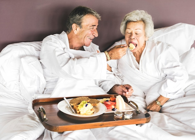 Para ma śniadanie w łóżku