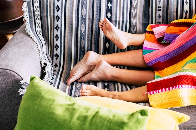 Para mająca koncepcję aktywności seksualnej z nagimi stopami i kolorową osłoną na kanapie w domu