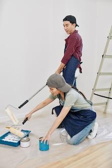 Para maluje ściany sypialni