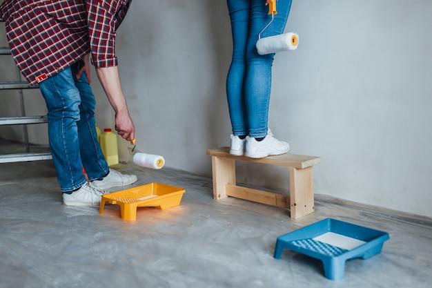 Para maluje wewnętrznej ściany nowego dom