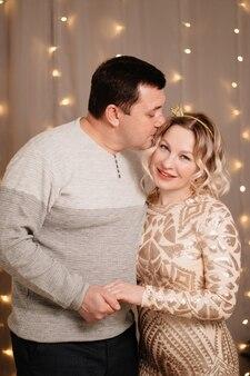 Para małżeńska. mężczyzna i kobieta przytulają się na tle girlandy. romantyczne relacje. miesiąc miodowy. walentynki. nowy rok.