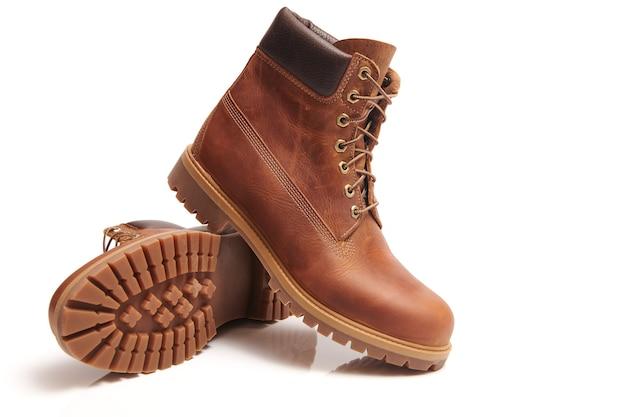 Para męskich skórzanych brązowych wodoodpornych butów na zimowe lub jesienne wędrówki izolowane. moda męska, modne obuwie. zamknąć widok.