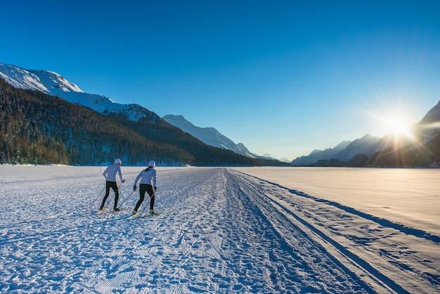 Para mężczyzna i kobieta narciarzy biegowych temu szkolenie techniki łyżwiarskiej