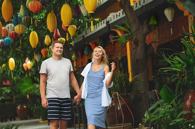 Para mężczyzna i kobieta podróżują razem ulicami azjatyckiego miasta szczęśliwego i pięknego