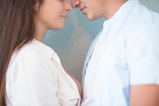 Para mieszanej rasy blisko, dotykając nosem, koncepcja miłości i relacji z młodym mężczyzną i kobietą, chłopakiem, dziewczyną, przyjaźń tysiącletniego chłopca i dziewczyny