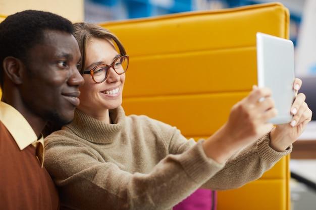 Para mieszanej rasy przy selfie
