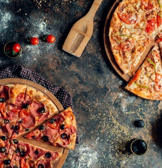 Para mieszanych piiza na stole