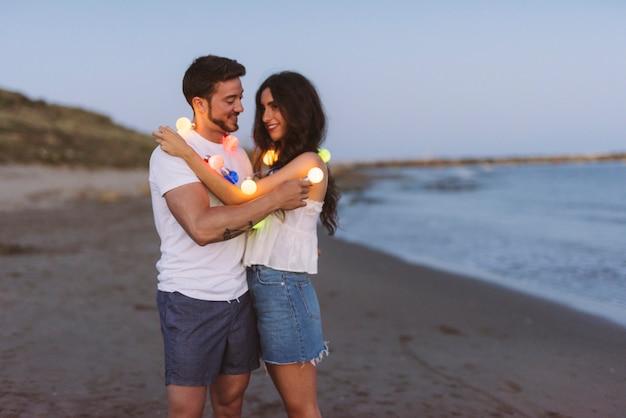 Para miłości sceny na plaży