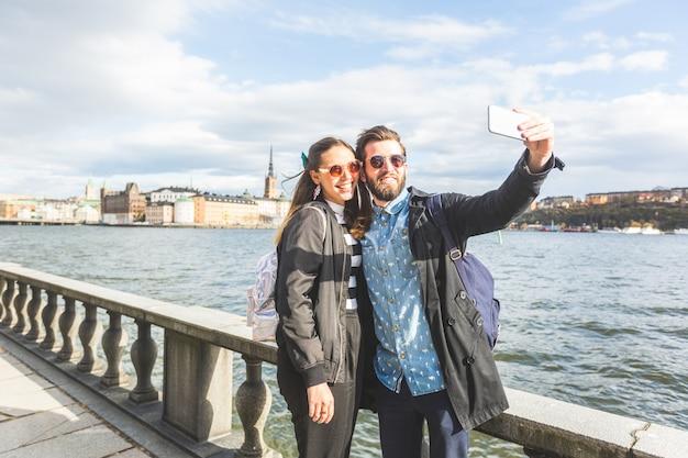 Para młoda hipster biorąc selfie w sztokholmie