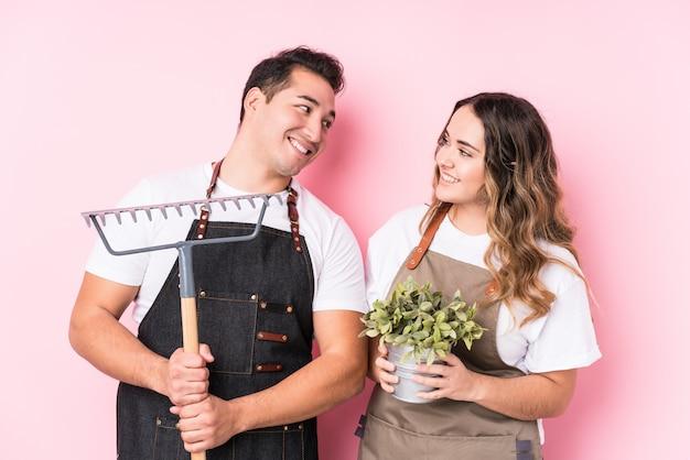 Para młodych łacińskich ogrodników w miłości