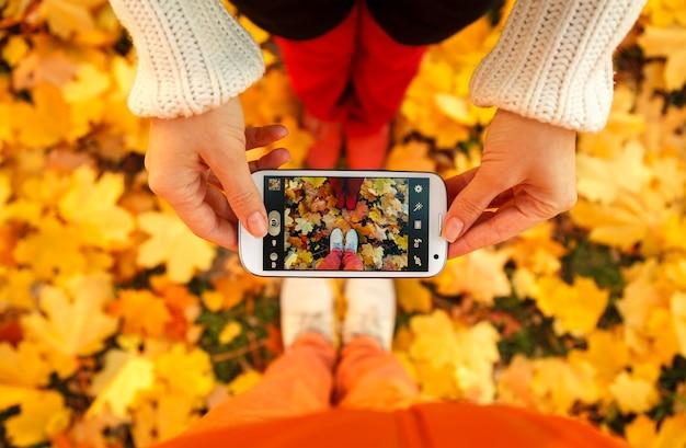 Para młodych ludzi robi zdjęcie