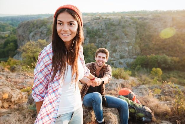 Para młodych podróżników w górach