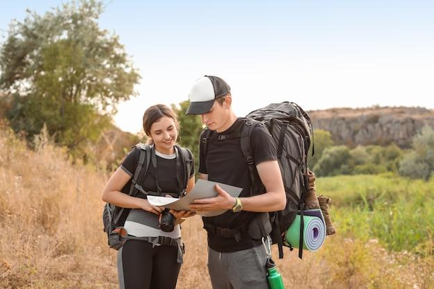 Para młodych turystów z mapą na wsi