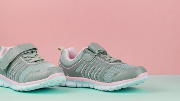 Para modnych butów sportowych na różowym i niebieskim tle.