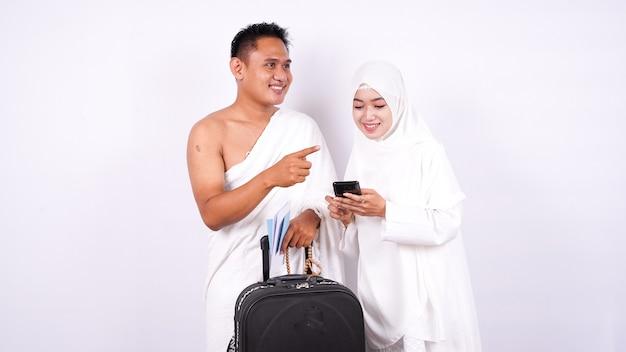 Para muzułmańska wygląda na odizolowaną od telefonu