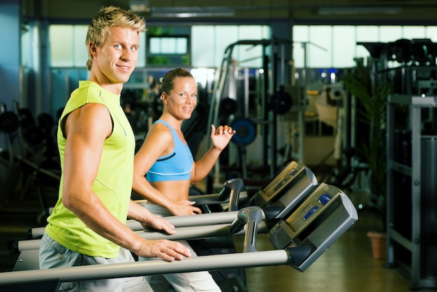 Para na bieżni w siłowni