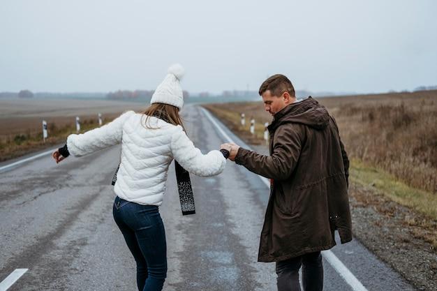 Para na deskorolce na drodze