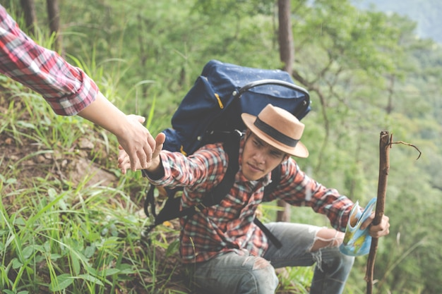Para na dzień trekkingu w lesie tropikalnym wraz z plecakami w lesie, przygoda, podróż, turystyka, wędrówka.