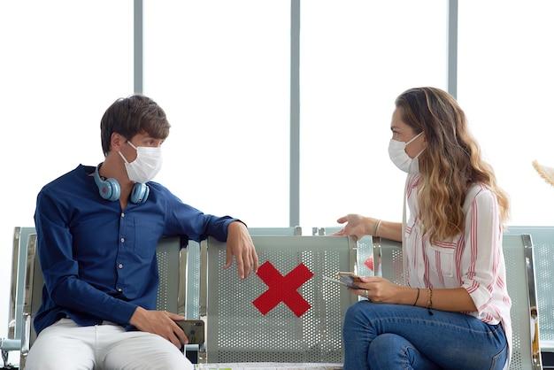 Para na lotnisku w maskach