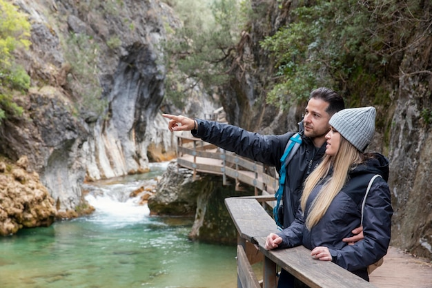Para na moście odkrywania przyrody