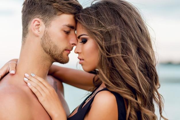 Para na niesamowitej rajskiej tropikalnej plaży