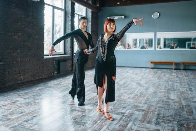 Para na treningu tańca ballrom w klasie