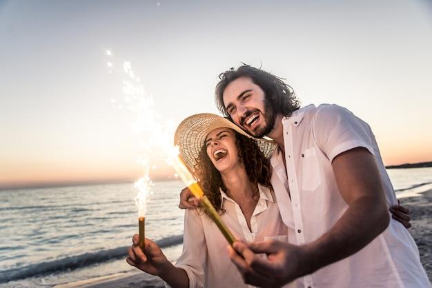 Para na tropikalnej plaży