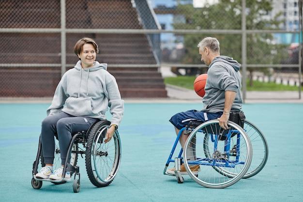 Para na wózkach inwalidzkich grająca w koszykówkę