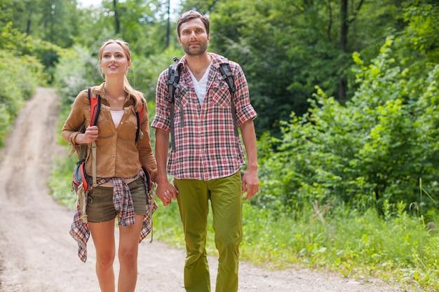 Para na wycieczkę w lesie