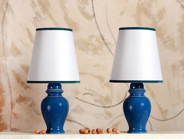 Para niebieskich lamp ceramicznych z białymi kloszami