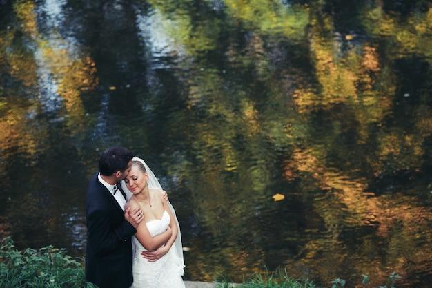 Para nowożeńców nad jeziorem