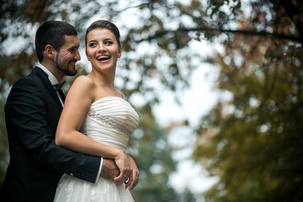 Para nowożeńców przytulanie