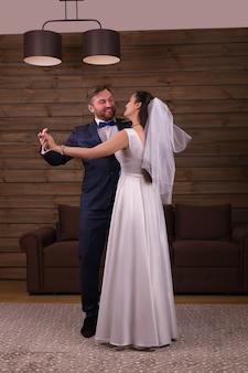 Para nowożeńców tańczy taniec weselny