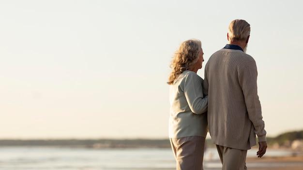 Para o średnim ujęciach spacerująca razem